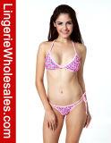 Traje de baño rosado de las señoras atractivas bastante en bikiní de la secuencia del patrón del corazón