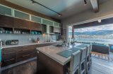 標準的な様式の木製の台所家具の木製のベニヤの食器棚