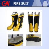 Die Feuerbekämpfung, die mit Sturzhelm-Riemen kleidet, lädt Handschuhe auf