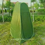 Kinder, die Zelt-im Freientoiletten-Zelt ändern
