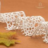 Piccoli reticoli decorativi bianchi del vestito da cerimonia nuziale del merletto
