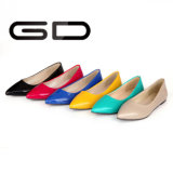 La muchacha del caramelo calza 6 zapatos planos de Slingback de los zapatos del color
