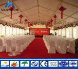 きれいなライニングが付いている屋外の大きい結婚披露宴のテント
