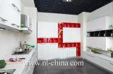 Alta cabina de cocina brillante moderna de la maneta