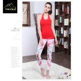 발목 길이 요가를 인쇄해 분홍색 소녀는 단단한 Legging를 헐덕거린다