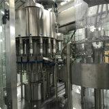 Máquina de enchimento de engarrafamento bebendo da água mineral