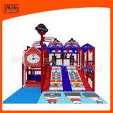 O campo de jogos interno do castelo inflável de Mich caçoa o campo de jogos