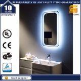 Specchi della stanza da bagno con gli indicatori luminosi per l'appartamento o l'hotel economico