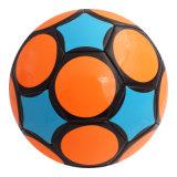 Os estudantes universitários executam a esfera de futebol costurada máquina do brinquedo