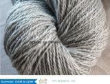 아크릴 털실을 뜨개질을 하는 뜨개질을 하는 손을%s 혼합된 공상 뜨개질을 하는 털실