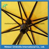[أم] مموّن يطوي مظلة مصغّرة ترويجيّ هبة شمسيّة