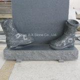 Lápides cinzentas européias do granito com as sapatas que cinzelam o projeto