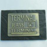 Разные виды ярлыки PU одежд для джинсовой ткани джинсыов