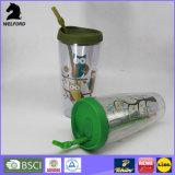 Aufbereitete doppel-wandige Plastikflasche mit Stroh