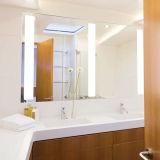 ホテルの虚栄心FramelessはLEDによって照らされた軽い浴室ミラーに斜角を付けた