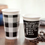 ふたが付いている使い捨て可能で熱い飲み物の紙コップのコーヒー