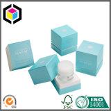 Края логоса серебряной фольги складывая коробку картона бумажную упаковывая