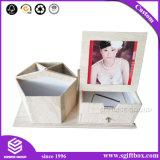 Caixa de madeira da gaveta do suporte e da foto da pena do cartão do papel da textura