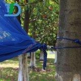 カのバグの網のナイロンハンモックが付いている夏の屋外のキャンプのハンモック