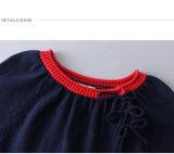 女の赤ちゃんに着せているPhoebeeの子供はオンラインで服を着る