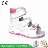아이 신발 가죽 신발이 은총 건강에 의하여 구두를 신긴다