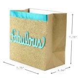 Произведенный мешок подарка имеет предпосылку яркия блеска золота, бумажный мешок подарка, мешок Kraft бумажный, бумажный мешок