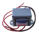 El transformador de potencia es más pequeño de tamaño