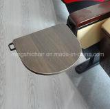 Silla plástica del auditorio de la sala de reunión con los apoyabrazos de madera sólida