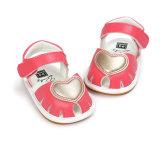 女の赤ちゃんのゴム製唯一の滑り止めの屋外の幼児の夏のサンダルの最初歩行者の靴