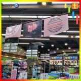 Facendo pubblicità alla bandiera d'attaccatura di promozione per il supermercato