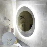 Lo specchio illuminato stanza da bagno dell'hotel nessuna nebbia rispecchia la pellicola