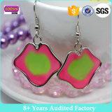 Kundenspezifische Fabrik-preiswerte geformte Decklack-Schmucksachen angestrichene Ohrringe für Mädchen