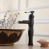 Le pétrole a frotté le taraud de mélangeur en bronze de bassin de salle de bains de robinet