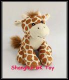 Le jouet de bébé badine la giraffe de peluche de jouet