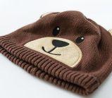 アクリルの編まれた赤ん坊の帽子