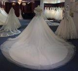 水晶またはラインストーンが付いているウェディングドレス