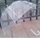 승진을%s 플라스틱 손잡이를 가진 자동차 열려있는 다채로운 투명한 우산