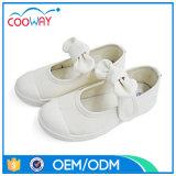 純粋な白はズック靴の子供の学校の靴をからかう