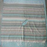 拡大されたナバホー人の縞はフリンジが付いているアクリルの編まれた総括的なポンチョにブラシをかけた