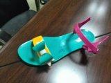 トンコワン。 中国はプラスチックゼリーの靴を作るための機械に蹄鉄を打つ