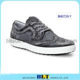 Zapatos del golf en los zapatos de cuero