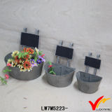 型の金属亜鉛伝言板が付いている屋外の植木鉢