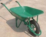 La mano de las herramientas de jardín filetea la carretilla de rueda para el jardín