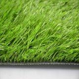 L'herbe fabriquée par l'homme de Fooball folâtre la pelouse synthétique de cour (le SB)