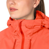 여자는 Breathable 옥외 비 재킷을 방수 처리한다