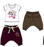 O bebê da forma veste estilos dos Rompers na roupa das crianças