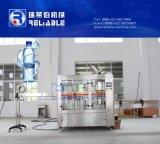 L'AP contrôlent la petite machine de remplissage automatique de l'eau de bouteille