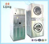 Matériel de blanchisserie trois à jetons dans une machine à laver