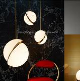 現代シャンデリアによって個人化される創造的な球の形のアクリルの鉄のペンダント灯
