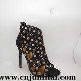 Chaussures de femmes avec le rivet intéressant en métal